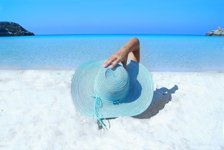 Bronzer à la plage en bikini en voyage à travers le monde